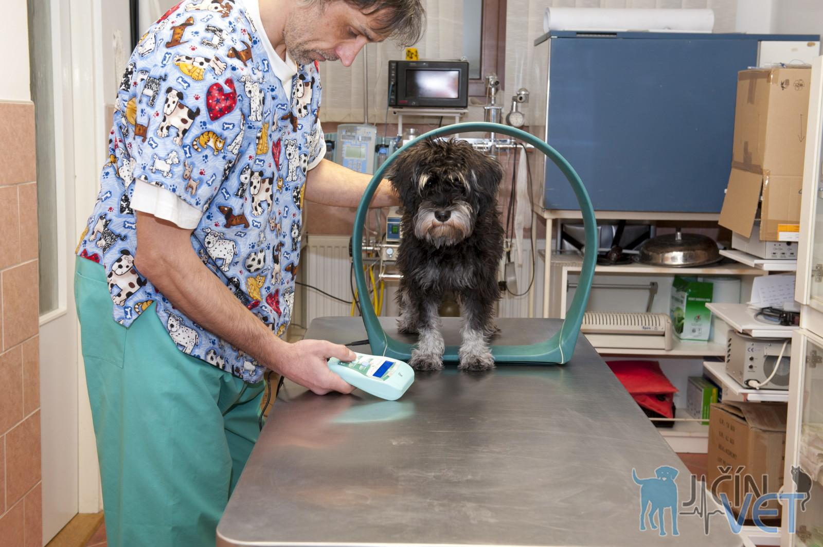 Pacient podstupuje pooperační magnetoterapii